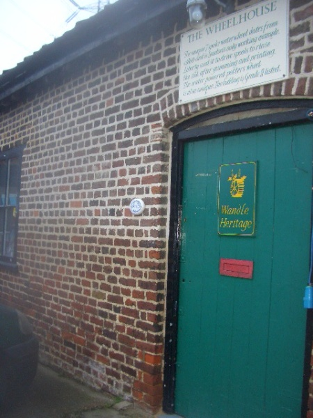Wheelhouse, casa rotii, de langa moara de pe Wandle, inca este un atelier de olarit, utilizand si energie furnizata de vechea moara...
