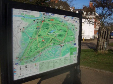 La fiecare intrare in parc, cum ar fi Poarta Richmond, o harta a intinderii de 1.000 hectare iti lasa de unde sa alegi. Nu-ti ajunge o zi si sigur de poti nitel rataci daca te avanti in mijlocul parcului
