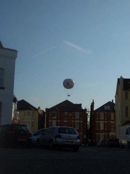Un balon numit delectare. Cer senin, soare si marea, deloc agitata. Sa tot vezi lumea de sus...