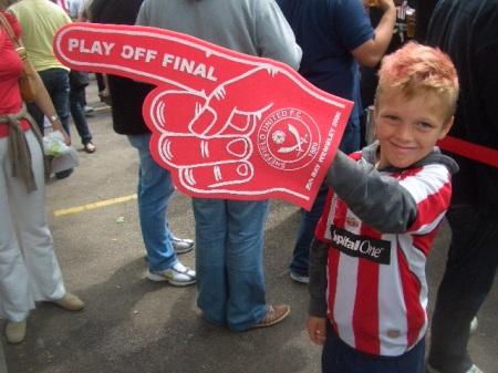 Un baietel tinand cu Sheffield United si avand pana si parul vopsit intr-o tenta rosiatica, a aratat calea spre Wembley. Intortocheat e drumul spre elita...