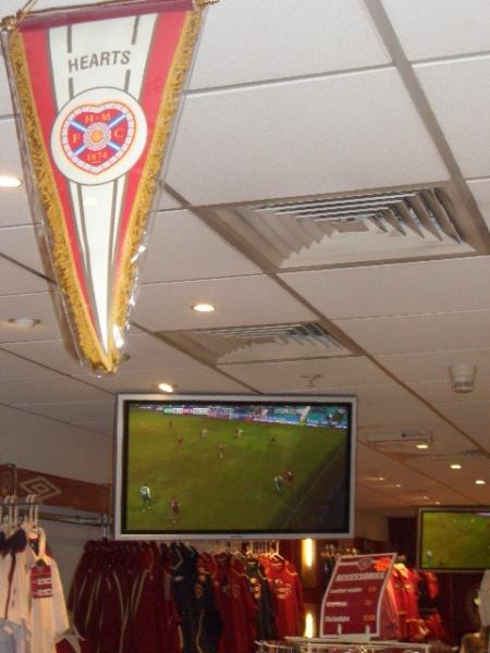 Pe ecrane, in magazinul clubului, Hibs - Hearts 0-1. Motiv de mandrie locala