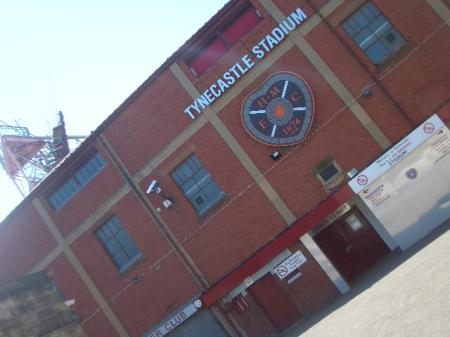 "Tribuna principala de la Tynecastle Stadium, cu sigla ""Inimii de Midlothian"""