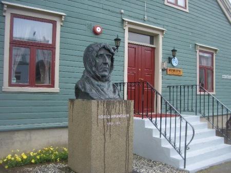 Roald Amundsen, exploratorul norvegian, pornea in expeditii din Tromso, care-i poarta vesnica amintire. Statuia, in preajma Polarmuseet
