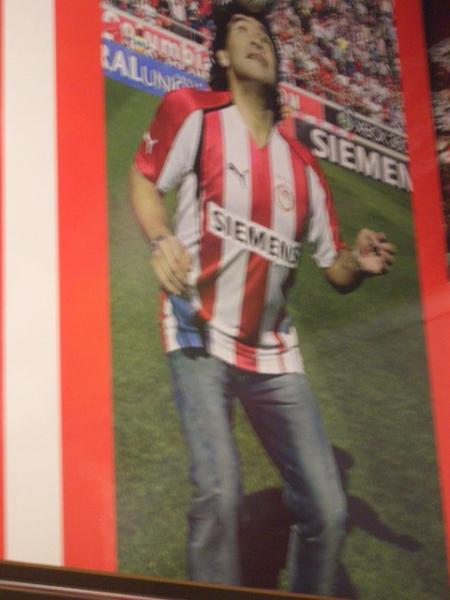 Se poate si in blugi... Maradona vrajind balonul, in portul Pireu